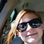 Тя си направи селфи в колата, но когато видя кой стои зад нея без дори да подозира изтръпна! Вижте снимки!